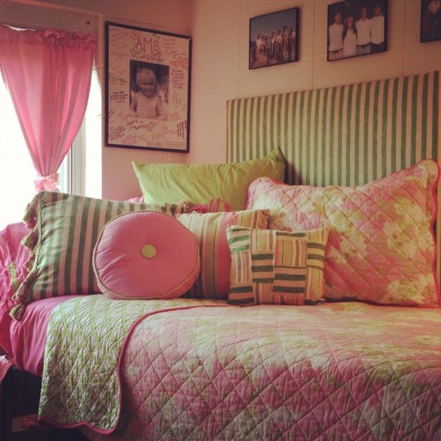 Make Your Dorm Bed Into A Daybed Use Lots Of Pillows