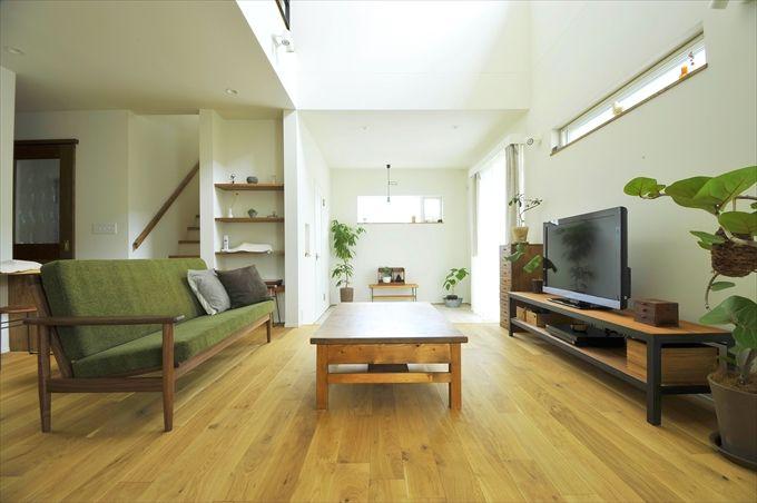 インテリアと吹き抜けが魅力 光あふれるナチュラルな家 - リビング