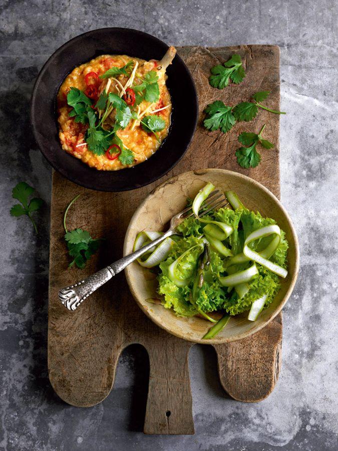 Kyllingegryde med røde linser og aspargessalat med estragon. Aftensmad kylling kyllingelår chili ingefær. Testsmagt: mums.