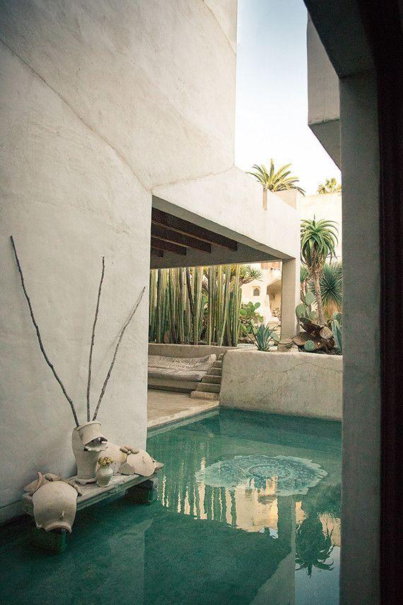 un charco para los pies incorporado a la terraza....