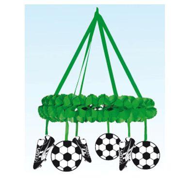 Decoratiekrans voetbalversiering. Grote groene decoratiekrans met voetbaldecoratie. Materiaal: papier. Formaat diameter: ongeveer 60 cm. Deze voetbalkrans is brandvertragend.