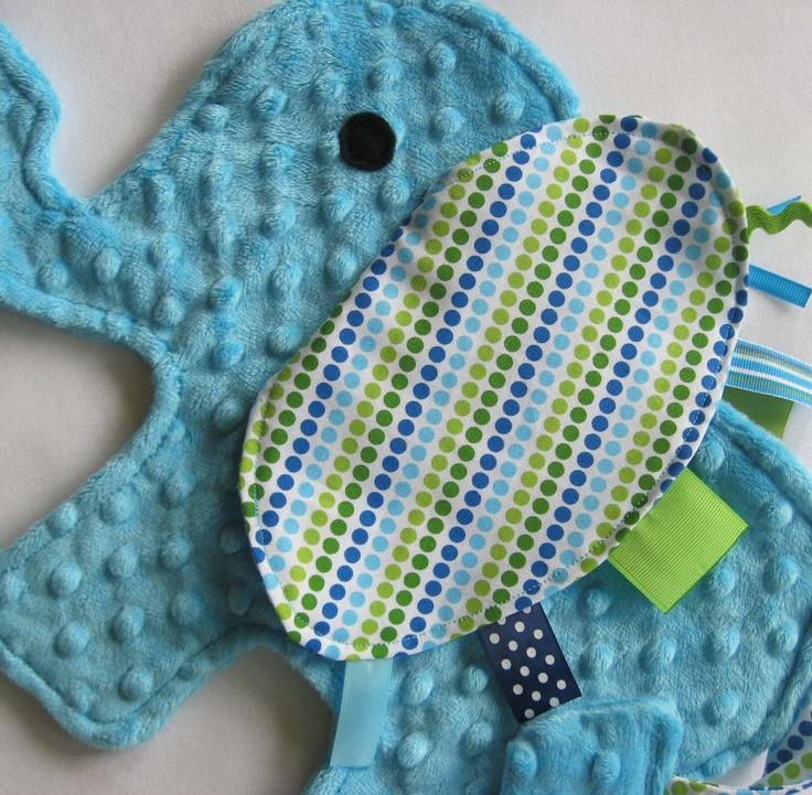 Eli Elephant Sensory Lovey Blanket. Tissu bleu en vente sur www.boitascrap.com