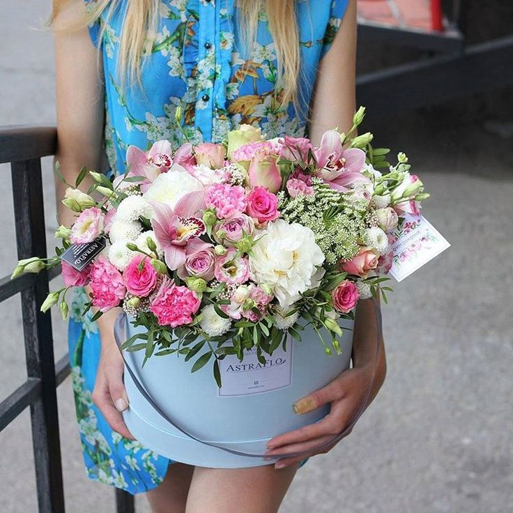 Шляпная коробка в нежных тонах 5000 рублей орхидея, роза, диантус, эустома, амми, фисташка, диантус кустовой, роза кустовая