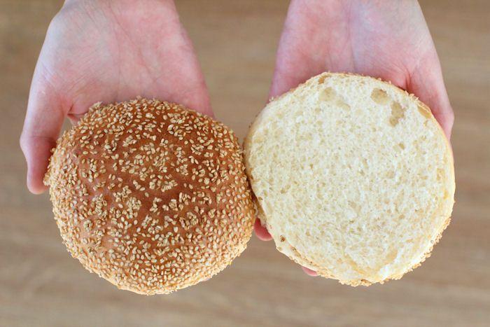 Hyvässä hampurilaisessa oleellinen asia on myös hyvä sämpylä. Nämä hampurilaissämpylät ovat täydelliset, muhkeat ja pehmoiset.       ...