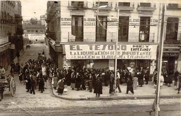 """""""Almacenes El Tesoro, situados en Madrid, calle Bravo Murillo 106, esquina a la calle de Guipuzcoa. En 1955, cuando se tomó la foto, eran los los más grandes de Cuatro Caminos. En el barrio se conocía la gente por su nombre, por sus aficiones y sus costumbres..."""""""