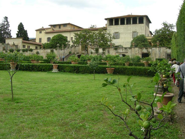 Villa La Quiete – Florencja, Włochy. Kolejna posiadłość Medyceuszy, która tak jak Villa La Petraia, nie pełniła funkcji reprezentacyjnej. Stąd prostota i zdecydowanie większa użytkowośc obu ogrodów reprezentujących cechy typowych ogrodów renesansowych. Ten posiada dodatkowo gaj cytrynowy oraz liczne okazy dębów i drzew laurowych.