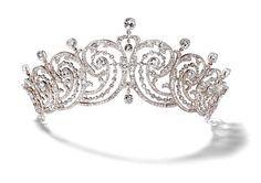 """Tiara """"Scroll"""" en plata y oro con diamantes en forma de cojín, diamantes en corte redondo y rosa con colocación millegrain, fabricada especialmente para la condesa de Essex, por la firma joyera Cartier en 1902"""