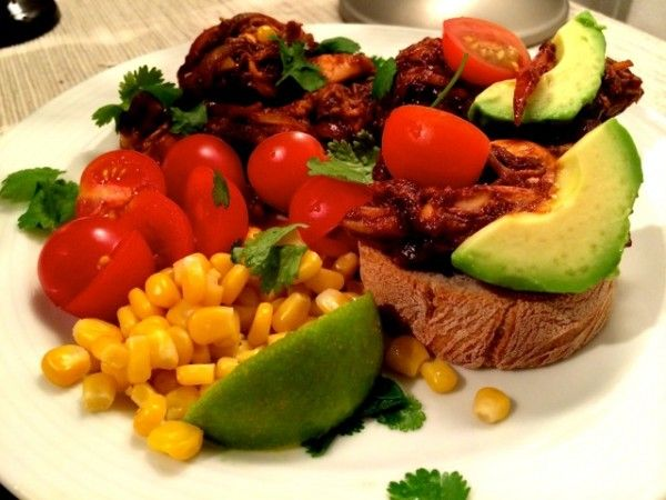 Pulled Chicken med Barbecue-sås - Veckans Recept:  http://www.senses.se/veckans-recept-pulled-chicken-i-barbecuesas/