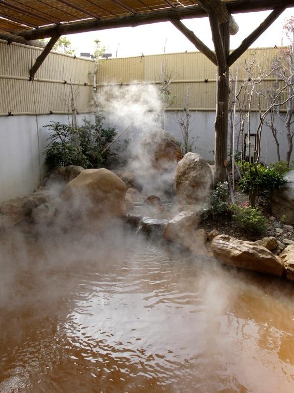 この泉水は湧出時は澄んでいますが、空気に触れるとしだいに酸化し錆色になるという特長を持っております。