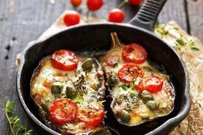 Een heerlijk recept voor als je een avond (of altijd) geen vlees of vis wil eten. Deze geroosterde aubergine schuif je zo in de oven enis een echte allemansvriend. Verwarm je oven voor op 180 graden. Halveer de aubergines. Kerf het vruchtvlees in en maak ruitjes, maar zorg dat je niet de schil raakt. Besprenkel …