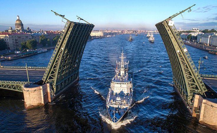 Где будут праздновать День ВМФ-2017 в Петербурге⛵   На День Военно-Морского Флота запланировано много интересных событий.   9.30 – состоится торжественное открытие Дня ВМФ на борту легендарного крейсера «Аврора». На борт крейсера попасть можно будет бесплатно. 10.00 – начнётся парад военных кораблей в акватории Невы, в районе Благовещенского моста.  12.00 – на Манежной площади можно будет посмотреть на выставку мототехники.  12.00–18.00 – с набережной Лейтенанта Шмидта и с Английской…