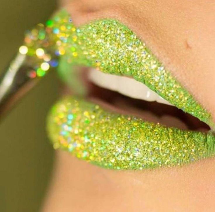 Le lip art pailleté vert pomme de l'équipe M.A.C à Los Angeles