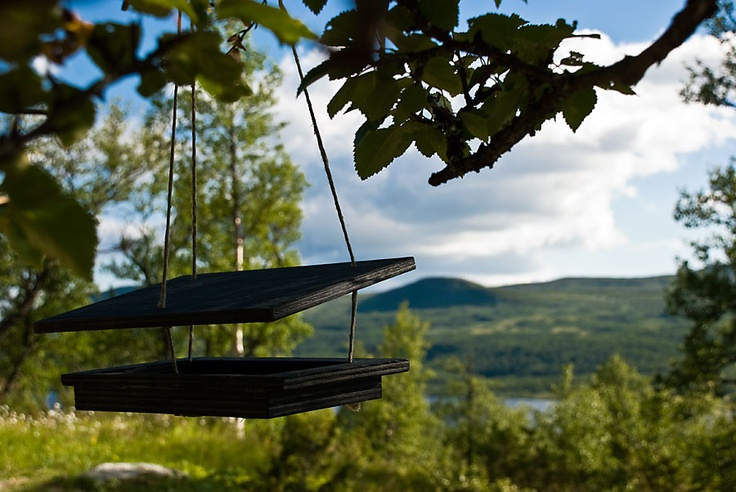 Låt fåglarna hänga i fågelbaren i vinter! Fint fågelbord från Welander design. Svensk design av @Björn Welander