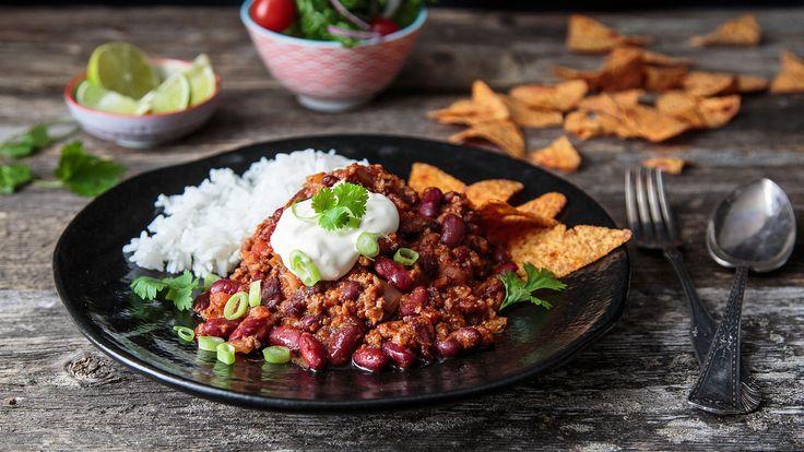 Chili con carne er en varmende rett med mange gode smaker. Juster mengden chili etter smak. Server gjerne med tortillachips, rømme og ris.