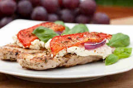 Filet z kurczaka w ziołowej marynacie z grillowaną fetą