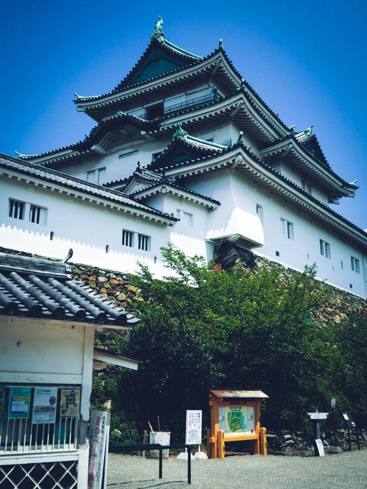 2015年08月15日 02.和歌山城02 和歌山県 —————————— 城って大阪城と和歌山上と岸和田城しか行った事ないけれど、 ここは天守閣からの眺めが360度良くて好き。 まぁ、まわりに高い建物が無いからなのだけれど。 ・・・と思っていたら北側に高い建物が建ったからちょっとあれだけれど。