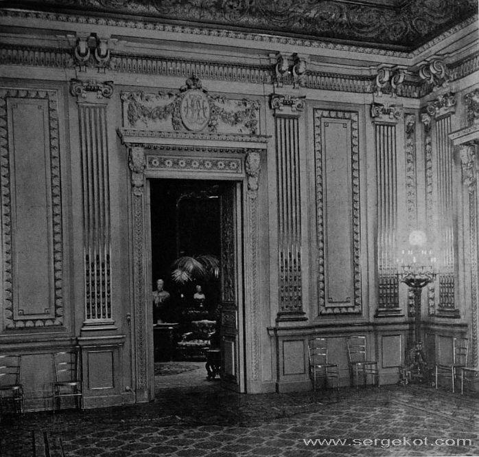Бальный зал дворца В.К. Ксении Александровны и В.К. Александра Михайловича; В открытую дверь видна оранжевая гостиная с бюстом Великого Князя Александра Михайловича.