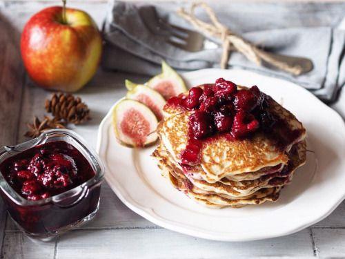 Jablečné lívance na 12 kusů: 1 hrnek pohankové mouky ½ hrnku hladké mouky 2 lžičky prášku do pečiva 1 ½ hrnku mléka 2 nastrouhaná jablka 1 vejce ¼ lžičky tekuté stévie (jiného sladidla) 2 lžíce kokosového oleje (na smažení) omáčka z lesních plodů: 2...