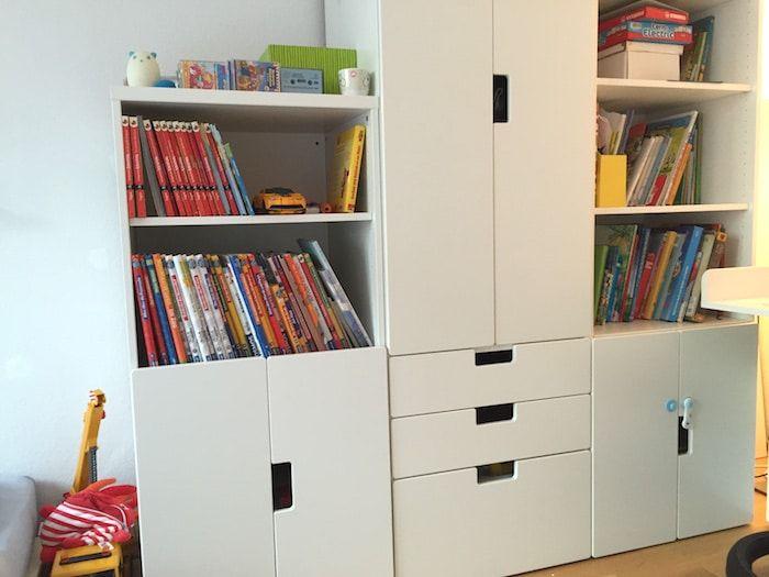 IKEA Stuva als Aufbewahrung für Kinderbücher im Kinderzimmer. Kinderzimmer in Weiß. Mehr Infos auf https://mamaskind.de.