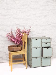 Metalen kast met 7 laden. Shabby chic vintage look. Geïnspireerd op de archiefkasten uit de jaren '20 en '30.