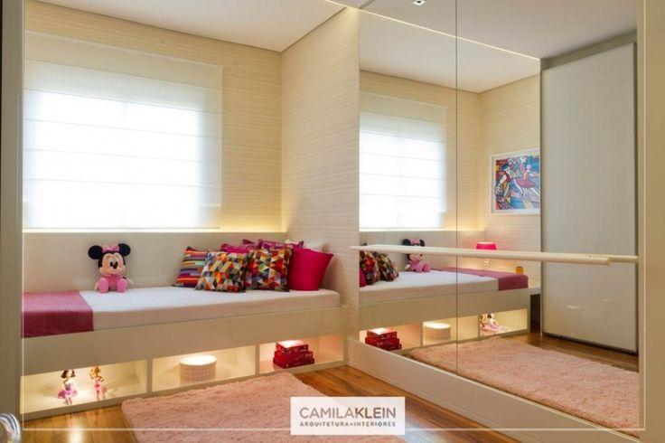 Decoração clean, mas charmosa para o quarto dessa jovem bailarina que precisa de bastante espaço na hora de praticar em frente ao espelho com barra de balé. Beleza e funcionalidade em um só ambiente! #design #bailarina #ballet #quartodemenina