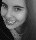 """Alice Bittencourt nasceu em 1995 e estuda na Escola da Vila, em São Paulo. Há sete anos, tem contato com o piano, no entanto, sua verdadeira paixão foi encontrada nas aulas de canto. Há, pelo menos três anos, a garota deu seus primeiros passos e começou a compor e cantar, de fato. Em um estilo...<br /><a class=""""more-link"""" href=""""https://catracalivre.com.br/geral/urbanidade/indicacao/a-arte-de-compor-em-ingles-e-portugues/"""">Continue lendo »</a>"""