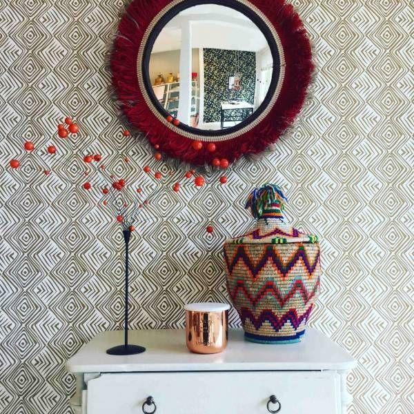 Tribe Spiegel rood/ beige - Deze unieke, mooie tribe spiegel is niet alleen functioneel maar ook een echte eyecatcher die wat toevoegt aan je interieur. Dit vrolijke item is gemaakt met een bolle spiegel en heeft katoenen passement rondom in twee kleuren.
