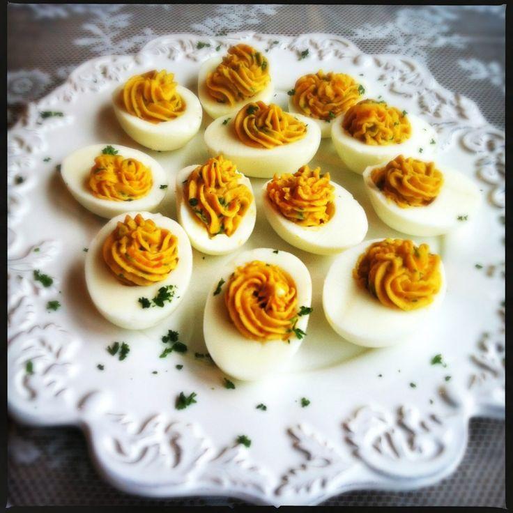 [Vertaal] Gevulde eieren kun je natuurlijk altijd maken maar ik vind deze iets feestelijks hebben en maak de eieren dan ook graag voor feestelijke momenten. Als klein hapje of voor op een buffet. Soms zie...