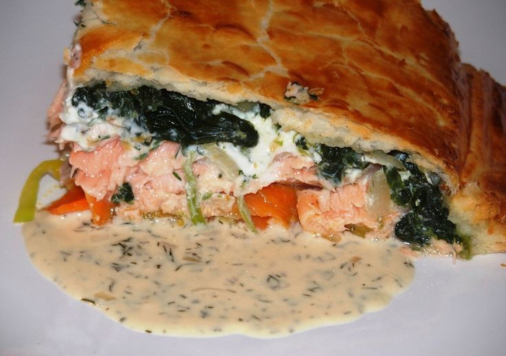 Un délice cette recette les amis. Un beau filet de saumon sur un lit de poireaux et carottes en julienne, recouvert d'une préparation à la ricotta puis d'épinards bien épicés comme il faut. Le tout enrobé d'une délicieuse pâte feuilletée. En forme de...