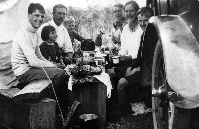 Family group eating Christmas lunch, Queensland, 1918