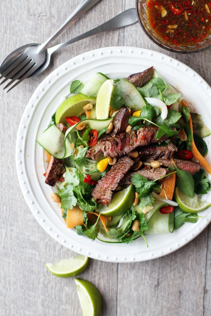 Thaimaalainen pihvisalaatti // Thai Beef Salad Food & Style Tiina Garvey, Fanni & Kaneli Photo Tiina Garvey www.maku.fi