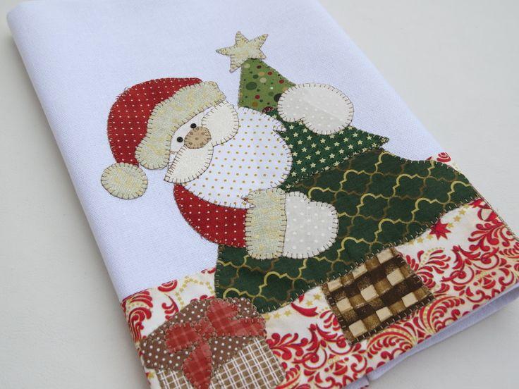 Pano de copa em Patch aplique de Papai Noel, bordado em ponto caseado. Barra e aplicação em tecido 100% algodão. Sob encomenda, as estampas podem sofrer alterações, mantendo as tonalidades.