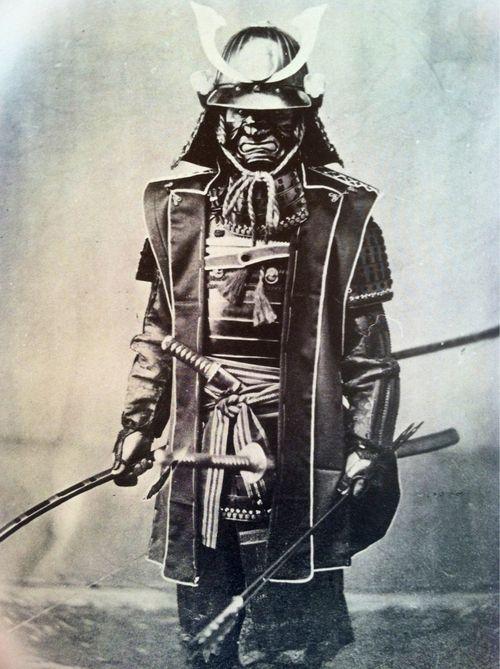 Algo que siempre me fascinará de los samurai, además de su valía y pericia, es su aspecto tan macabro, aterrador amedrentador. Estoy muy seguro que hicieron temblar el campo de batalla y quebrar la voluntad de más de uno.
