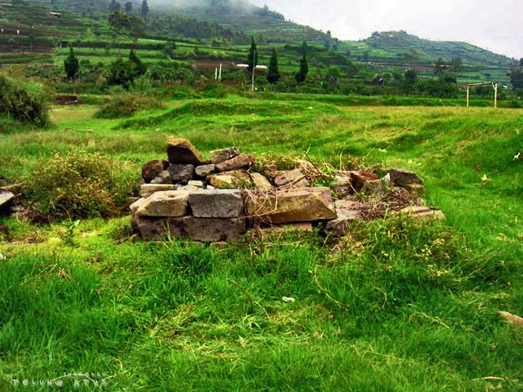 Reruntuhan Candi di Komplek Candi Arjuna