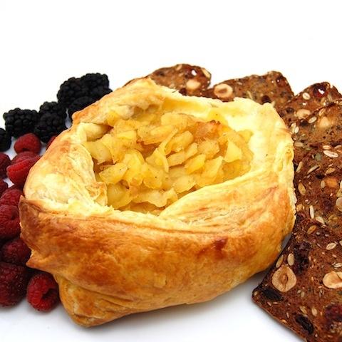 Baked brie en crote with apple compoteYummy Fun, Food Appetizers, En Croût, Apples Compote, Brie En, Baking Brie, Favorite Recipe, Appetizers Snacks Drinks, Baked Brie