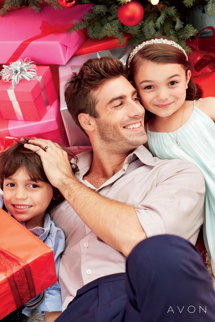 sesión de fotos temporada de navidad usando los regalos como accesorios