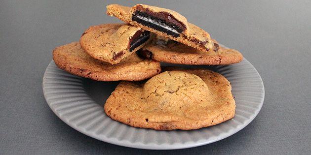 Sprøde cookies, som gemmer på en dejlig overraskelse i form af en hel Oreo indeni.