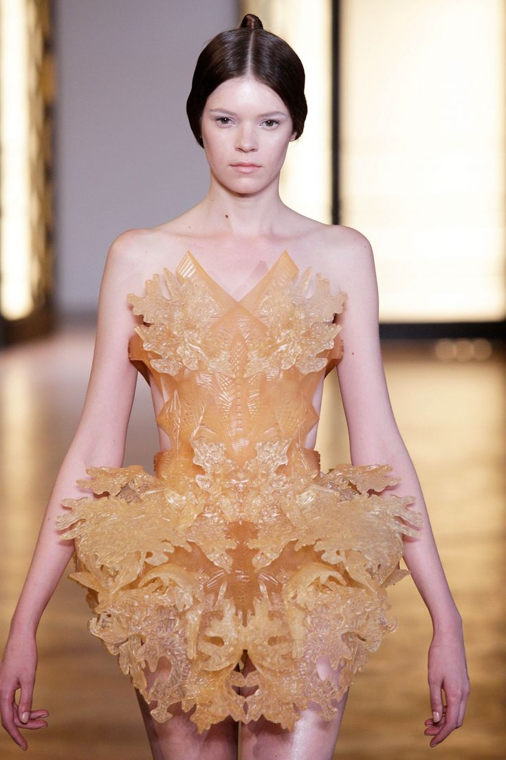 Iris van Herpen has created another beautifully intricate 3D printed dress for her 'Hybrid Holism' collection in collaboration with Architect Julia Koerner.