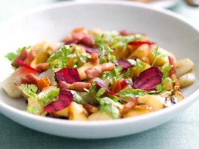 Warme witloofsalade met appel, spek en rode biet