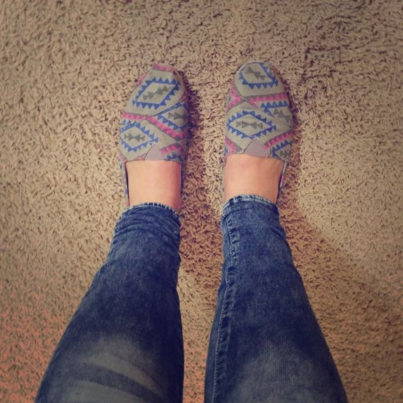 Toms shoes Toms shoes with blue and pink Aztek print! Super super cute! Only worn once! TOMS Shoes Flats & Loafers