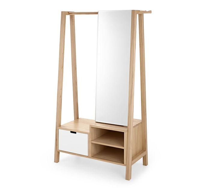 199,00 € Der Kleiderständer mit Spiegel aus massivem Paulownia-Holz bietet an der Kleiderstange, in zwei offenen Fächern und einer Schublade viel Platz für Jacken, Mäntel, Schuhe und Accessoires.