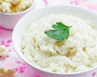 Riz de chou-fleur ultra-light à l'ail crémeux : http://www.fourchette-et-bikini.fr/recettes/recettes-minceur/riz-de-chou-fleur-ultra-light-lail-cremeux.html