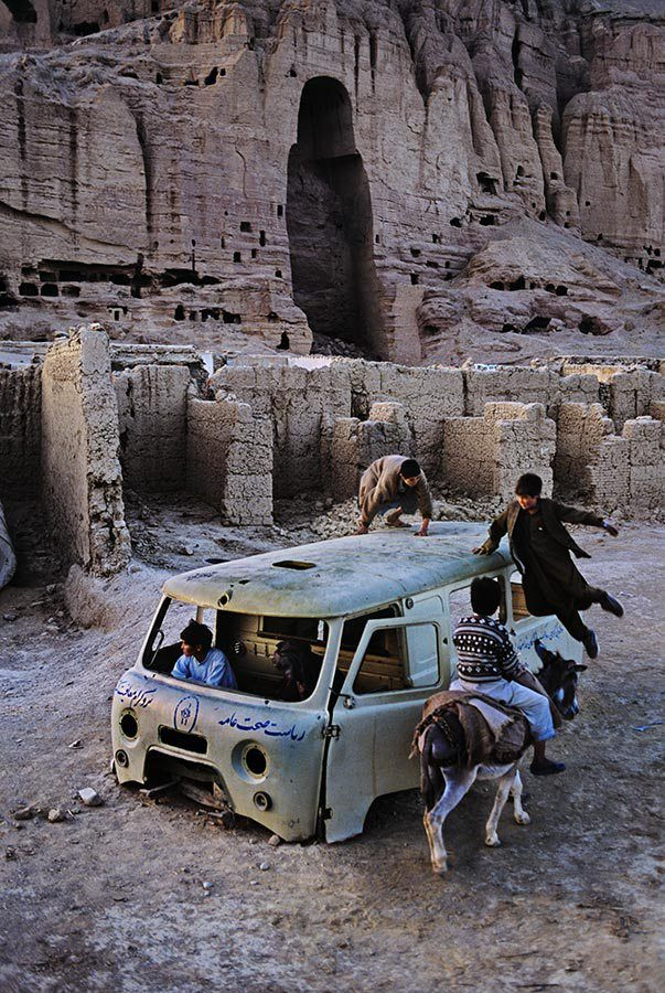 Bamiyan, en Afghanistan Le jeu est un acte unique d'adaptation,  pas subordonnée à une autre adaptation  acte, mais avec une fonction spéciale de sa propre  dans l'expérience humaine.  - Johan Huizinga
