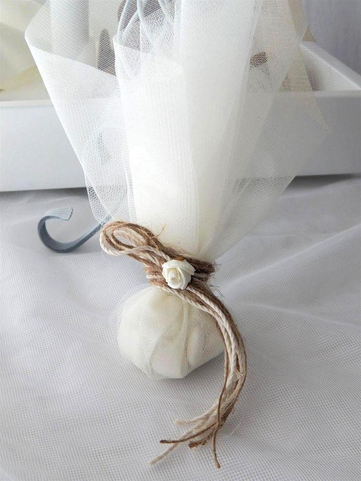 Μπομπονιέρα γάμου με τούλι και διακοσμητικό λουλουδάκι