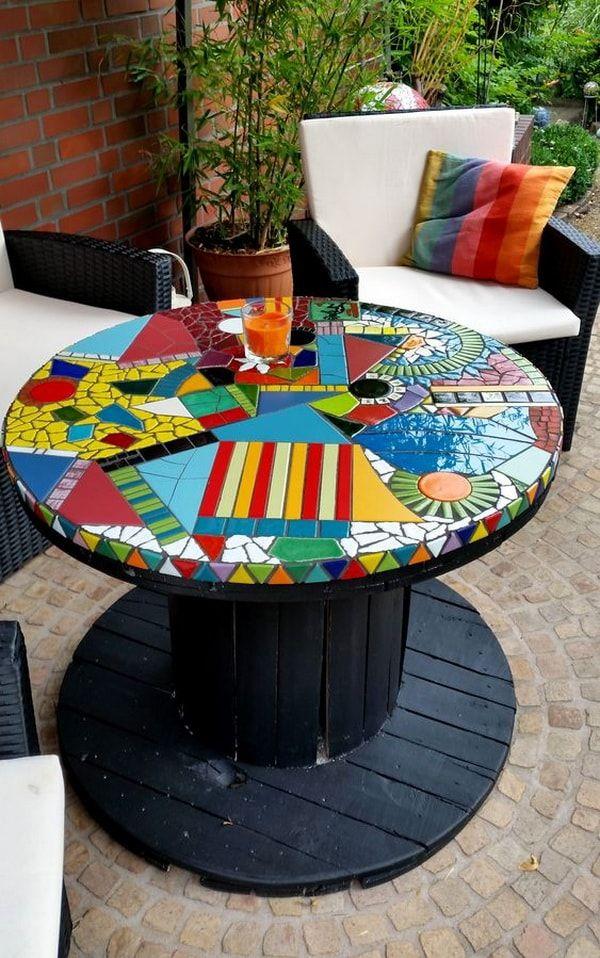Mosaiquismo Para Personalizar Mesas Hechas Con Carretes De Cable Mosaicos Carretes De Cable Artesanías Con Mosaicos