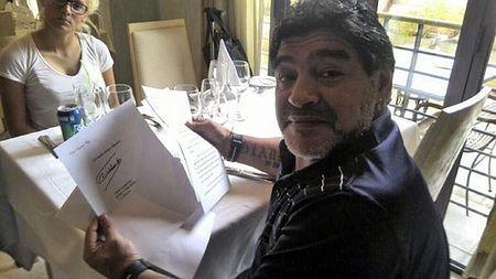 12日、訪問先のキューバ・ハバナで、フィデル・カストロ前国家評議会議長の署名入りの手紙を持つサッカー元アルゼンチン代表のマラドーナ氏(AFP=時事) ▼13Jan2015時事通信 カストロ氏、マラドーナに手紙=ベネズエラのテレビが死亡説否定 http://www.jiji.com/jc/zc?k=201501/2015011300158 #Diego_Maradona