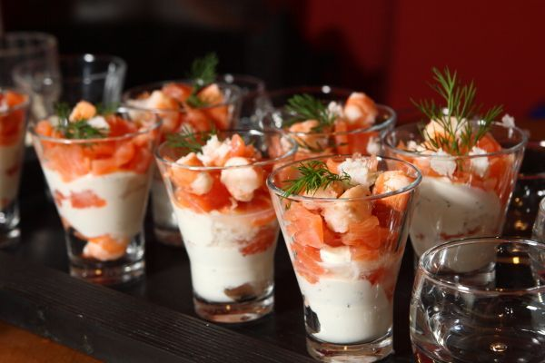 Per gli antipasti di Natale ecco la ricetta facile dei bicchierini di salmone: