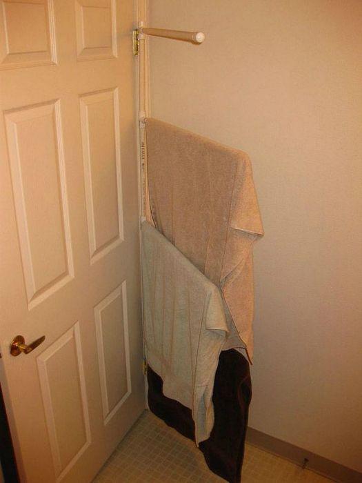 Оригинальное размещение вешалки для полотенец в ванной.