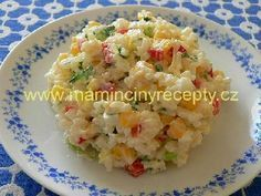 Barevný rýžový salát 200 g uvařené rýže, 100 g sterilované kukuřice, 1 menší pórek, 1 - 2 natvrdo uvařená vejce, 1 kapie zálivka: 2 - 3 lžíce zakysané smetany light, sůl, špetka cukru, citronová šťáva, pažitka nebo cibulová nať