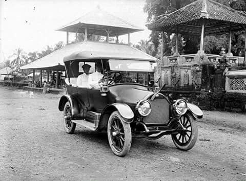 Oldmobile seen in Ubud Bali circa 1925. Coll Manchoe Z.A.